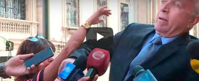 """""""Quanti soldi ha?"""". """"Molti!"""". E la donna tira un ceffone al deputato (video)"""