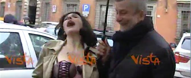 Piccoli show alla direzione Pd: da Lucci alla finta Agnese Renzi in versione sexy (video)