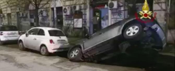 Voragine sulla Gianicolense, una vettura sprofonda nella maxi buca (video)