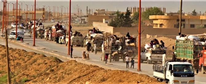 """""""Mamma li turchi"""": migliaia di civili in fuga dall'invasione di Ankara"""