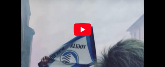 Fumogeni, bandiere e cori: l'ultimo saluto dei tifosi a Mondonico (video)