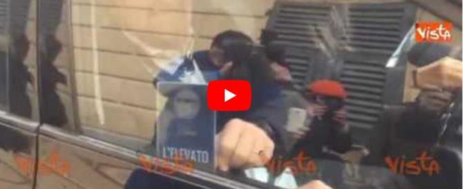 Le dimenticanze e gli errori di Grillo e Di Battista nel giorno del voto (video)
