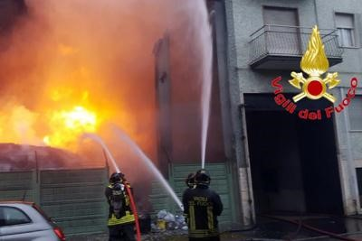 Cologno Monzese, incendio in una cartiera: evacuate 2 palazzine vicine