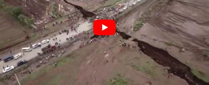 Voragine spacca a metà una strada in Kenya. Bloccati migliaia di automobilisti (video)