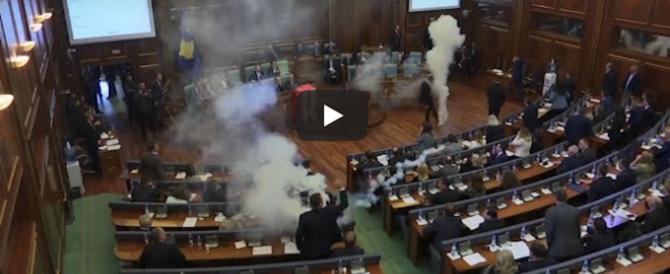 Kosovo, lacrimogeni in Parlamento contro il Trattato con il Montenegro (video)