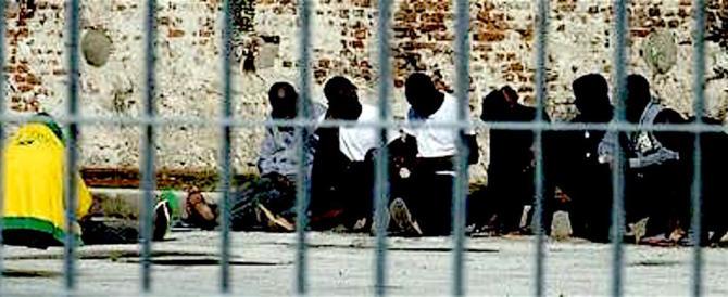 Lampedusa: trasferiti 50 clandestini, ma ne arrivano subito altri 90
