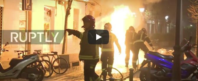 Madrid: senegalese muore d'infarto, i migranti scatenano la guerriglia in città (video)