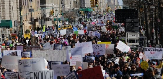 Washington, marcia contro le armi. La Casa Bianca: «Sicurezza giovani nostra priortà»