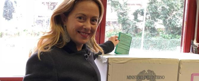 Giorgia Meloni accolta al seggio dai sostenitori. Poi la foto ricordo (video)