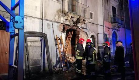 Esplode una palazzina a Catania: 3 morti, 2 sono pompieri