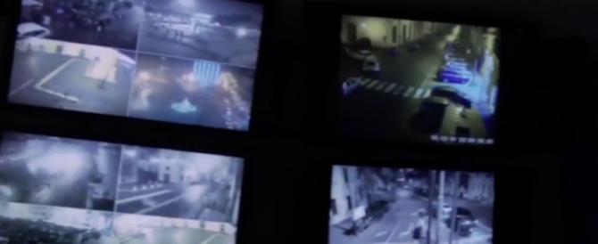 """Riempie di botte moglie e figlie. La polizia irrompe col """"Protocollo Eva"""" (video)"""