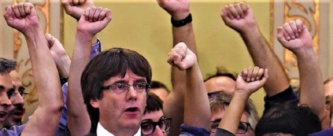 """Il latitante Carles Puigdemont si dà alla letteratura: farà un """"libro-verità"""""""