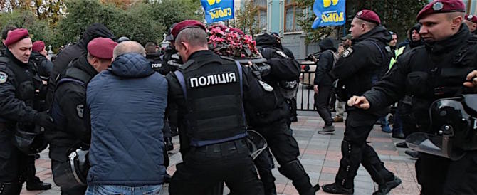 Scontri davanti la Rada a Kiev, la polizia arresta cento dimostranti