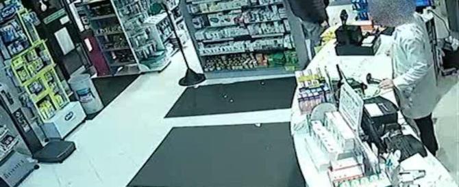 Rapina una farmacia e spara al proprietario che lo insegue: arrestato 17enne