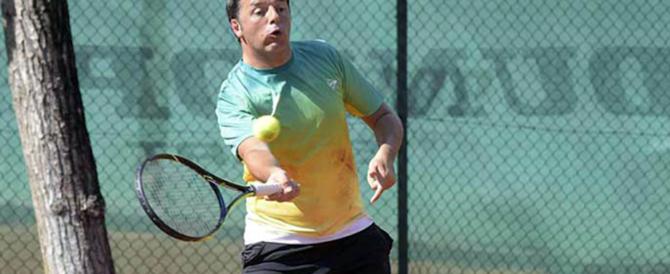 Renzi bocciato anche dal maestro di tennis: «Spara le palle fuori dal campo…»