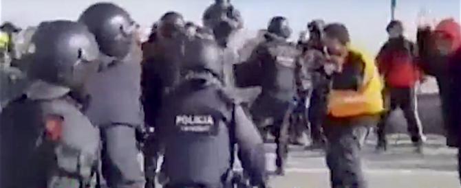 Spagna, separatisti catalani bloccano le strade, la polizia li carica (video)