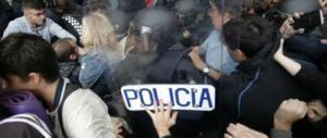 Puigdemont in cella, Catalogna in piazza: sulla Rambla è scontro tra polizia e manifestanti