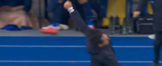 Simone Inzaghi cade a terra dopo il gol della Lazio. Il video diventa virale