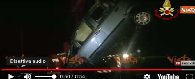 Drammatico incidente, spettacolare salvataggio: auto giù dal ponte, vola in acqua (VIDEO)