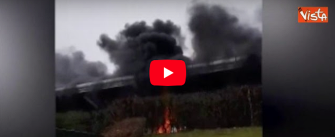 Paura e disagi a Stansted: l'incendio di un bus blocca i voli in partenza (video)