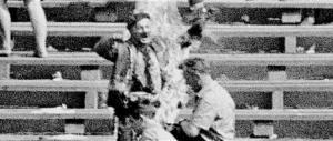 La prima torcia umana anticomunista fu un polacco, ma lo tennero nascosto (video)