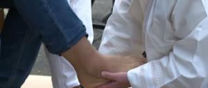 Manduria, il prete si rifiuta di lavare i piedi ai migranti: la polemica impazza sul web