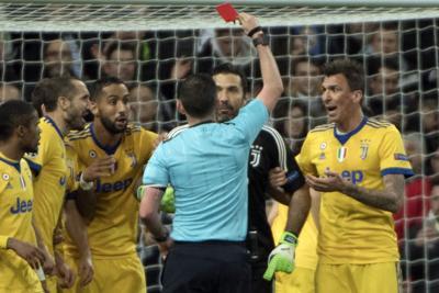 Real-Juventus, minacce di morte alla moglie dell'arbitro Michael Oliver