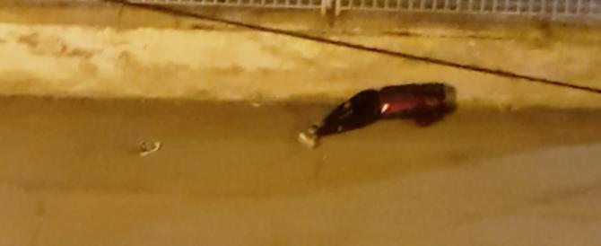 Parma, tre stranieri aggrediscono un uomo con i bastoni e lo lasciano a terra (video)