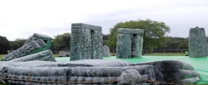 """Stonehenge diventa un Luna Park: e Milano impazzisce per il """"Sacrilegio"""" (video)"""