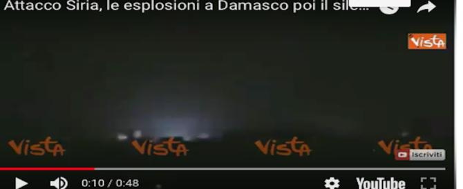 Siria, cielo nero e silenzio della notte squarciati dal passaggio dei missili (VIDEO)