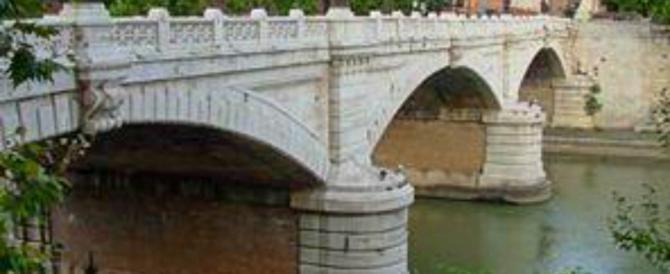 Roma, scavalca Ponte Flaminio e tenta il suicidio. Salvata grazie alla borsa