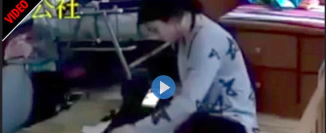 Baby sitter sevizia il neonato: incastrata da queste immagini (video)