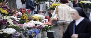 Rubano i fiori al cimitero per rivenderli al banco davanti un altro camposanto