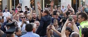 """Pordenone, uovo contro Berlusconi. Lui: """"E io ci resto cinque giorni…"""""""