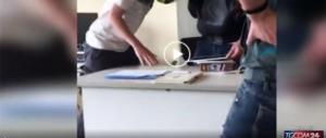 """Lucca, prof colpito col casco: """"Voglio il 6, comando io!"""" (video)"""
