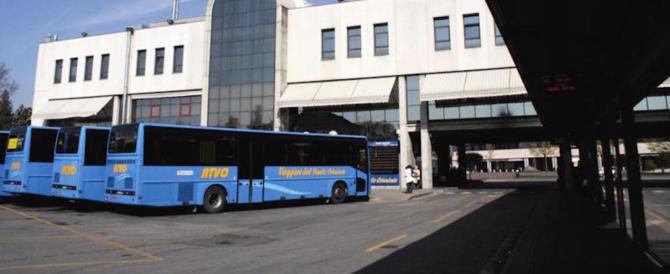 Trovato senza biglietto un romeno si scatena e prende a sassate il bus