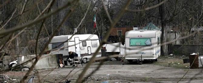 Sassi e bottiglie contro la polizia: rom in rivolta per proteggere quattro ladri