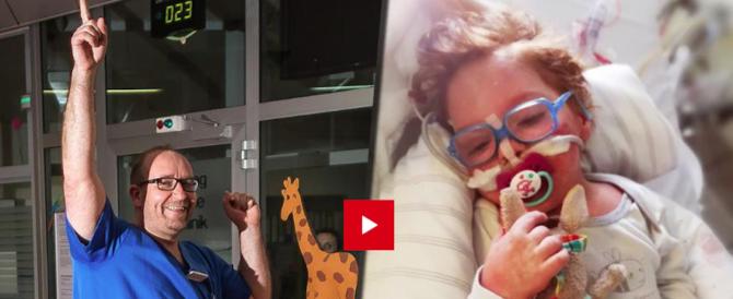 Pediatra balla per il bambino malato e commuove il web (video)