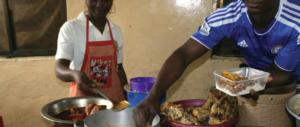 Cartoline dalla Torino di Appendino: nigeriani vendono in piazza spiedini di topo
