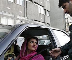 """Iran: la """"polizia morale"""" schiaffeggia una donna, il video è virale (video)"""