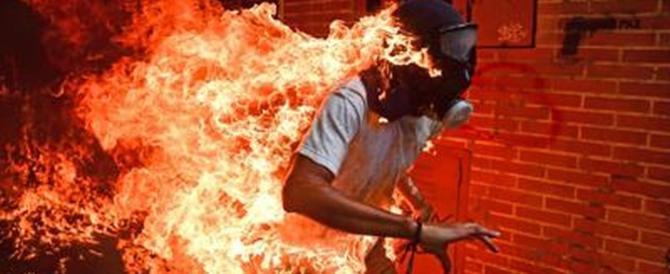 """""""Crisi in Venezuela"""", il ragazzo in fiamme diventa la foto dell'anno"""