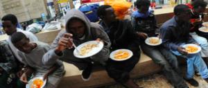 Sala invita a pranzo a Milano 50mila migranti. Chi pagherà il conto?