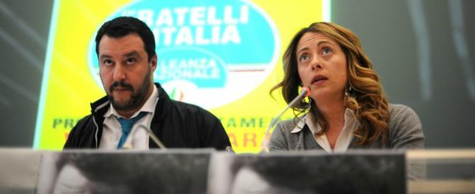 I rom aggrediscono i poliziotti. Salvini e Meloni: «Vanno sbattuti in galera»