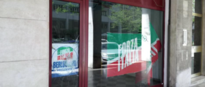 Venezia, assaltata a colpi di mazza la sede di Forza Italia: distrutta la vetrata