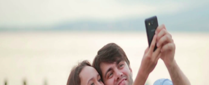 Lecce, per un selfie fanno cadere il passeggino col figlio in mare