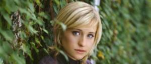 «Reclutava donne per fare sesso in una setta», attrice di Smallville nei guai