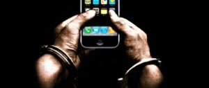Allarme scienziati: la dipendenza da smartphone è come quella da droga