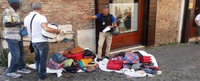 Ecco com'è ridotta Roma: l'ultimo atto della guerra tra bande (straniere) di venditori abusivi