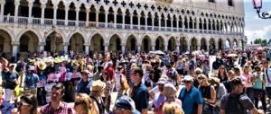 Venezia non ce la fa più. Brugnaro ai turisti: non venite per un giorno solo
