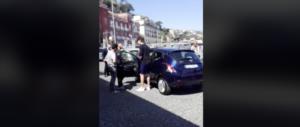 Napoli ostaggio dei parcheggiatori abusivi: spari e auto sfasciata se non paghi (video)